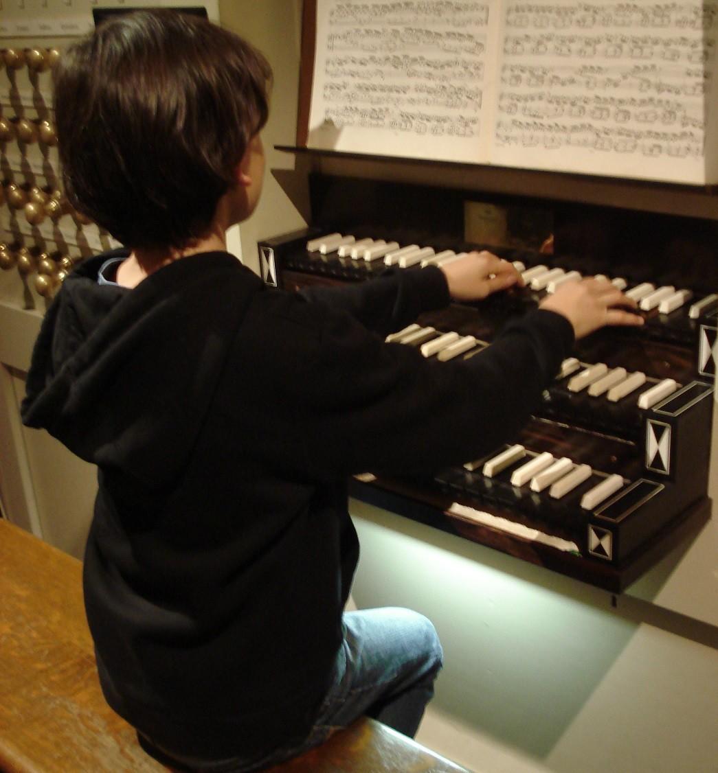 Orgelspelertje in de Amsterdamse Westerkerk.